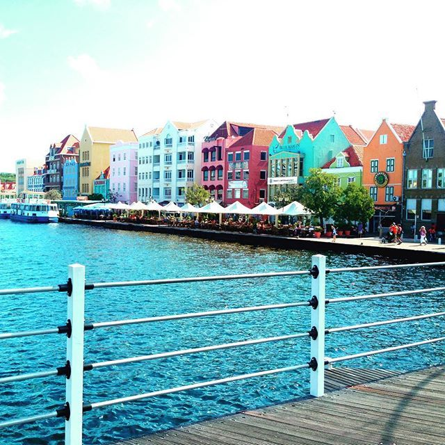 Did you know that the beautiful colorful houses in #Willemstad used to be all white? These pretty colors make us happy! What makes you happy when you travel? *Liefs Thijs.* #liefsthijs #wanderlust #travelblog #travel #reis #reisblog #traveltips #instatravel #exploremore #hotspots #traveling #travelblogger #travelgram #lonelyplanet #wonderful_places #bestplacestogo #travelpics #travelphoto #globetrotters #weareexplorers #igdaily #igdailypic #vacations #eindevandewereld #TLpicks #curacao…