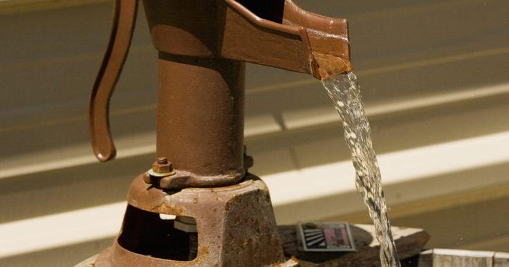 Cómo funciona una bomba de pozo de agua. Las bombas de pozos empujan el agua a través del rodete; dispositivos en forma de abanico que están dentro de una tubería que impulsa el agua de la entrada a medida que gira. La fuerza centrífuga arroja el agua a la salida del tubo impulsor a alta velocidad. Repetido muchas veces en un minuto, este proceso crea alta presión en la salida del agua ...