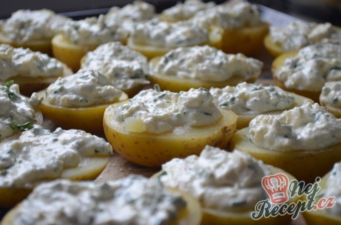 Brambory s česnekem, smetanou a sýrem | NejRecept.cz