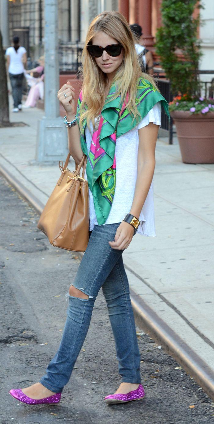 Camisa branco, lenço Verde, bolsa com esse tom de couro, calça jeans rasgada no joelho e sapatilha bico redondo. Amo.
