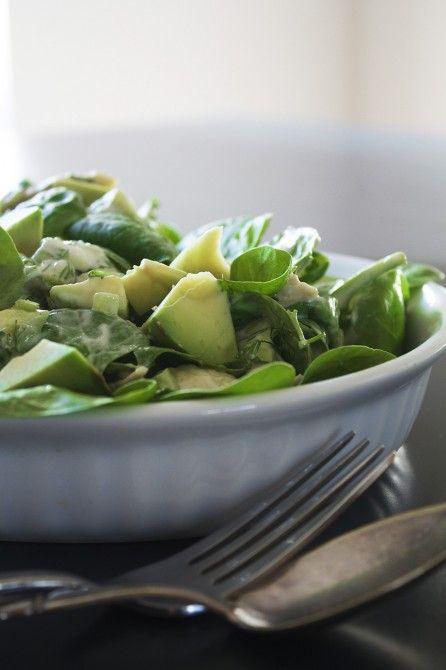 Spinatsalat med kylling, avocado og lime