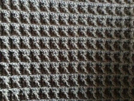 Karklud i enkel vaffelmønster Den er hæklet i enkelt bomuldsgarn 8/4 på nål nr 3. Den er hæklet i enkel vaffelmønster. Du finder forklaring på mønsteret HER Den er ikke ens på begge sider men lækker alligevel, og dejlig vamset. Der er brugt ca. 60 g Den måler 28×28 cm ca. Slå76 lm op. Siderne bliver hellere ikke ens, men super vamset og helt perfekt til klude og lign.Forside Bagside Mønsteret er deleligt med 3+4 Slå dine ønskede luftmasker op Lav 1 stgm i 4. lm fra nålen, og derefter ...