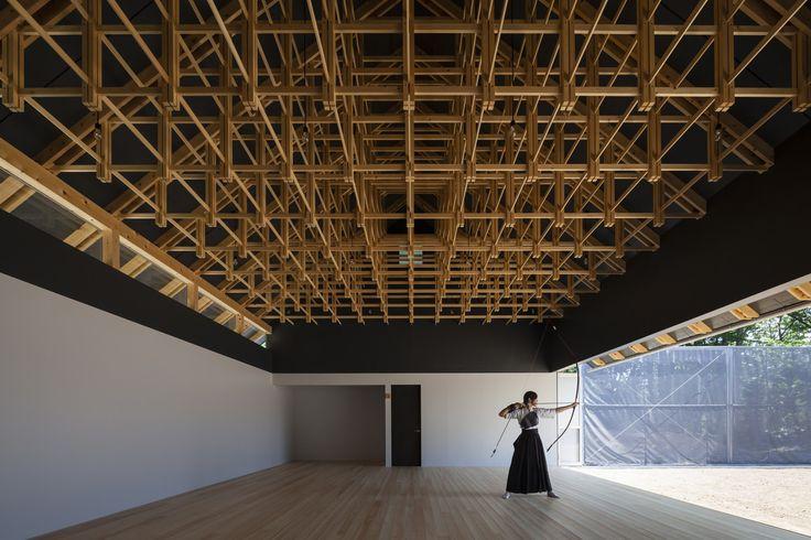 Construido por FT Architects en , Japan con fecha 2013. Imagenes por Shigeo Ogawa. Estructura y Espacio   El proyecto consta de dos edificios, un salón de tiro con arco y un club de boxeo, y se ubica ...