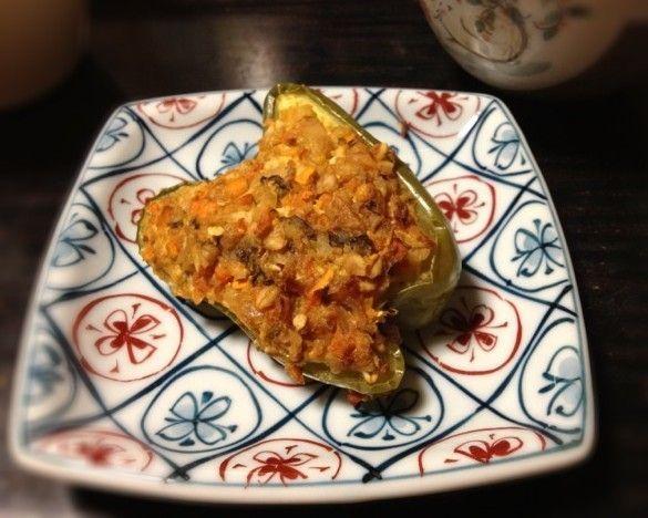 スタッフドピーマン     穀物ハンバーグの種を使ってピーマンの肉詰め。肉を使ってないので焼き縮みしません。   材料 (4人分) パプリカ(緑) 2個 ■ 詰め物 オートミール 30g お湯 60g 玉ねぎ(みじん切り) 70g 人参(みじん切り) 50g 豆腐 100g 大葉味噌 40〜50g 植物油 適宜