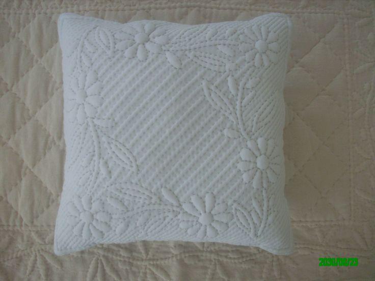 """Petit coussin carré Blanc """"Marguerittes"""" fait au Boutis Provençal : Textiles et tapis par nanou13"""