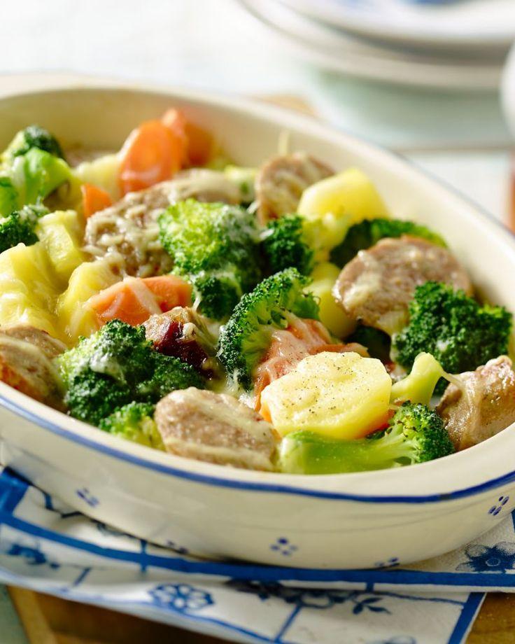 Een lekker doordeweeks gerechtje, met toch veel smaak. Maak worstjes eens op een originele manier klaar in deze ovenschotel met veel groentjes.