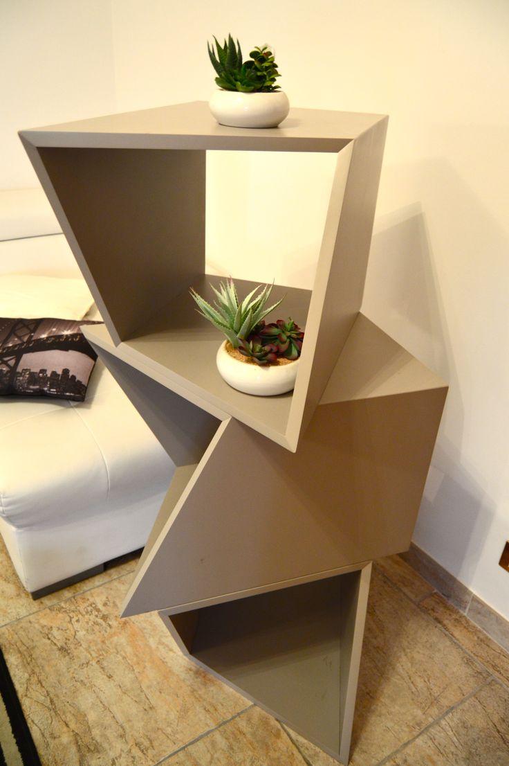 Sistema modulare che permette di variare molte forme come un gioco ed adeguarsi ai propri spazzi cambiando anche la sua funzione passando da una libreria ad coffeetable a porta tv a seduta .