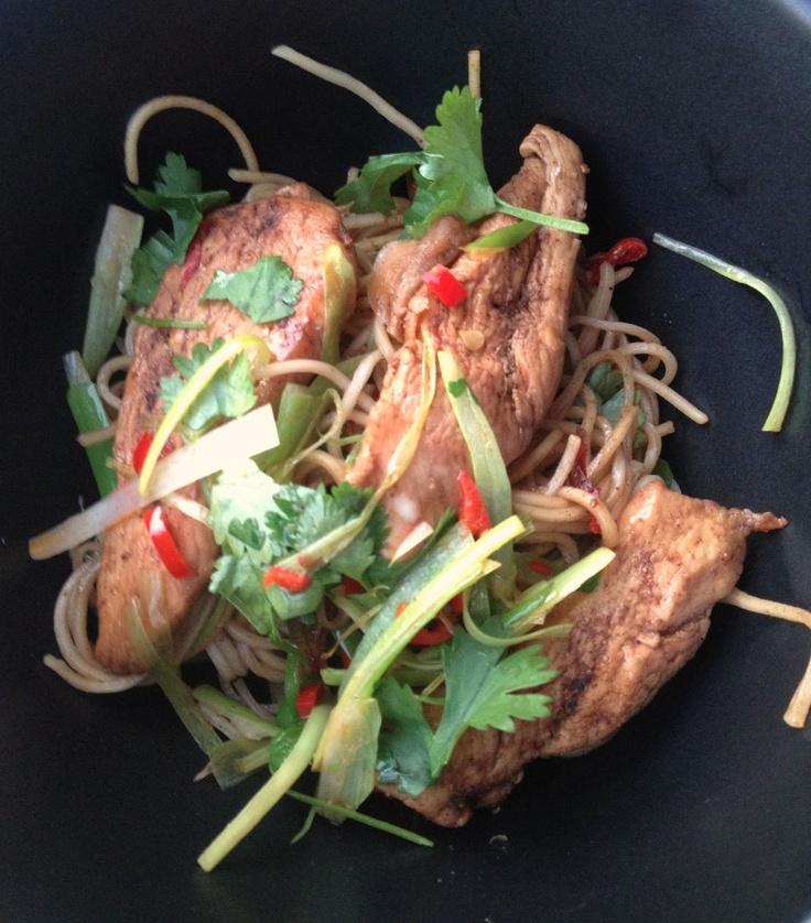Stekt kyckling och nudlar med five spice, chili, ingefära och koriander