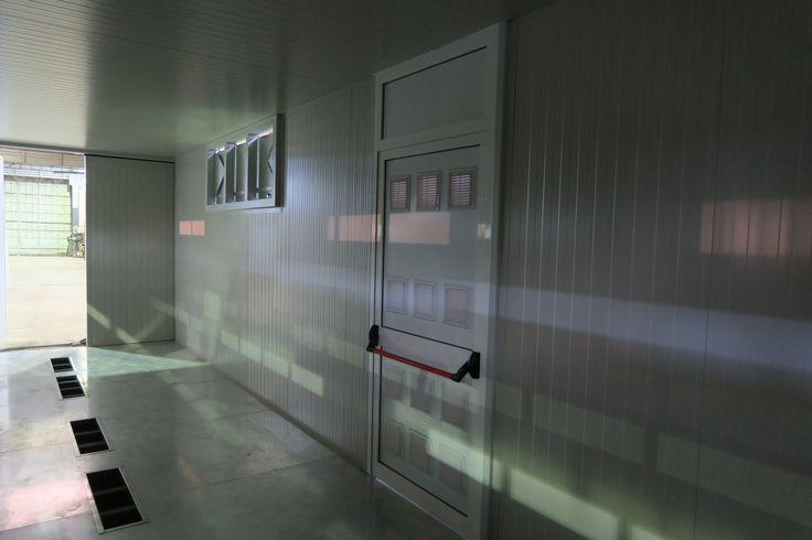 SOGECO containers, 40' HC allestito con aperture su lati lunghi, tetto e pavimento, per ospitare inverter e trasformatori che opereranno in Cile in un sito ad impianto solare. Porta pedonale areata.