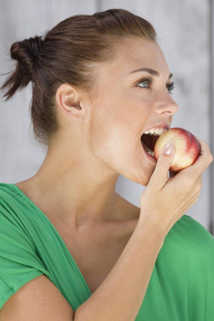 We denken vaak datgezonde voedingduurder is. Daarom grijpen we in de winkel nogal gemakkelijk naargoedkopere, maar ongezonderealternatieven. Met deze zes tips bewijzen we datgezond koken niet altijd duurhoeft te zijn. Dusgeen excusesmeer!
