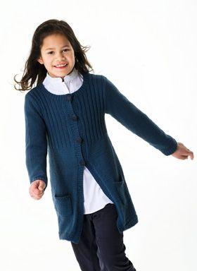 Nem at strikke og meget anvendelig er den lange pigejakke med praktiske lommer og ribstrikket bærestykke