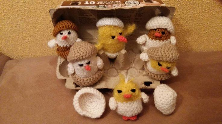 Kuikens gehaakt (komen er 10 in de eierdoos ) leuk om mee te tellen en spelen met Pasen.