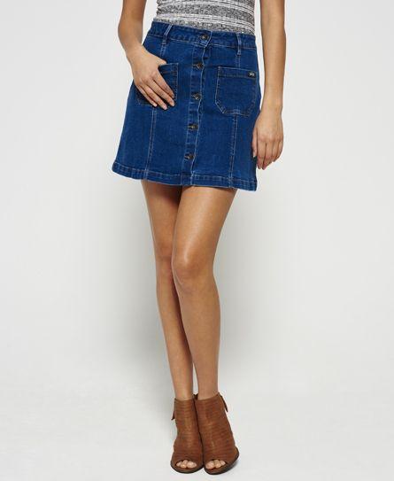 Superdry Jeans-Minirock in A-Linien-Form für Damen. In traditioneller Minirock-Silhouette geschnitten, präsentiert sich der durchgeknöpfte Rock mit zwei Fronttaschen, Gürtelschlaufen und einem Kunstlederflicken hinten am Bund. Das Model trägt: Small Größe des Models: 180 cm