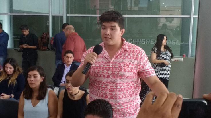 <p>Chihuahua, Chih.- Esta mañana integrantes del grupo juvenil en Chihuahua Wikipolitica alzaron la voz frente a los diputados del Congreso del Estado