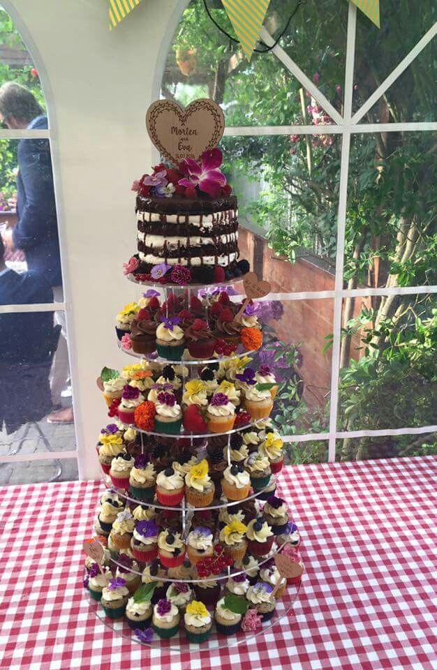 Bryllups cupcakes tårn med farverige og spiselige blomster på cupcakes'rne  www.bakemydaydk.com