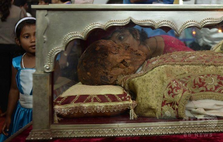インド・ゴア(Goa)州のセ大聖堂(Se Cathedral)で、イエズス(Jesuit)会宣教師フランシスコ・ザビエル(Francis Xavier)の遺体を納めたひつぎにキスをするインドのキリスト教徒と、その様子を見る子供(2014年11月22日撮影)。(c)AFP/PUNIT PARANJPE ▼23Nov2014時事通信|10年ぶり、ザビエルの遺体公開=インド http://www.jiji.com/jc/zc?k=201411/2014112300019 #Francis_Xavier #Francisco_Javier #Francisco_de_Xavier #Frances_de_Jasso #Old_Goa ◆Francis Xavier - Wikipedia http://en.wikipedia.org/wiki/Francis_Xavier