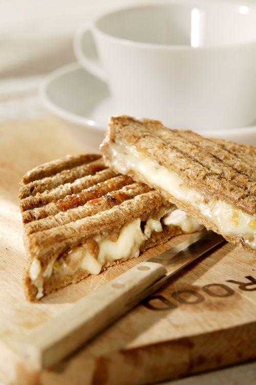 Tosti met abrikozenjam en brie: Abrikozenjam Rozemarijn Brie Gehakte amandelen