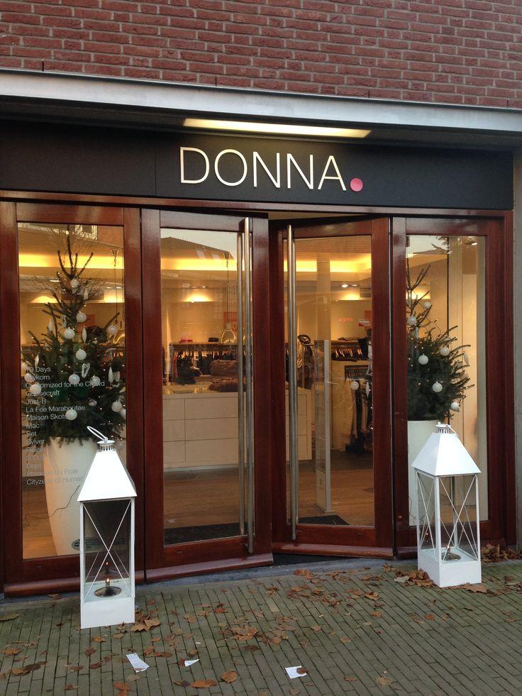 Donna is een chique en strakke dameskleding zaak. Het logo ziet er net als de zaak strak en netjes uit.