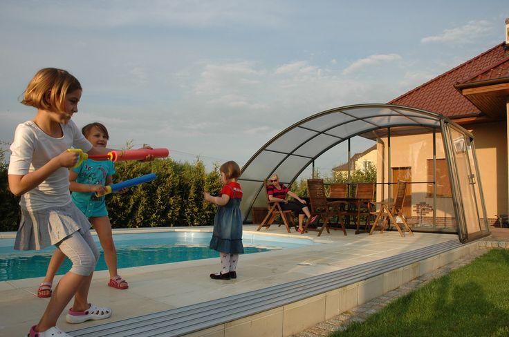 Rodinná idylka u bazénového zastřešení RAVENA.