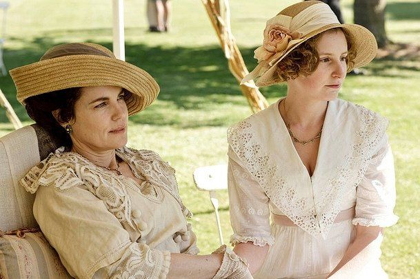 """Upper-class women like Cora and Edith typically wore hats and gloves if they went outside. That's because a pale complexion, not a tanned glow, signified wealth and status. Fair, nearly translucent skin was desirable among nobles, especially if veins could be seen. (Hence the popularity of the phrase """"blue bloods."""") Source: ITV"""