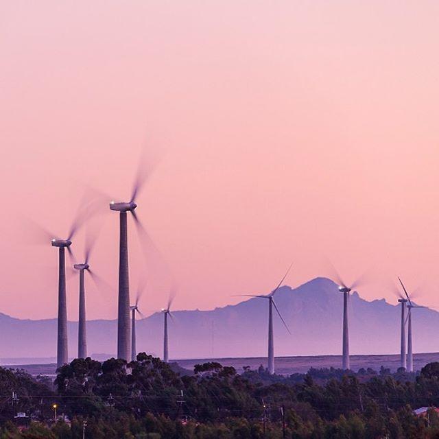 ACCIONA Energía pone en operación comercial el parque eólico de Gouda, su primer parque eólico en Sudáfrica. A unos 100km de Ciudad del Cabo, cubrirá la demanda eléctrica de unos 200.000 hogares sudafricanos y evitará la emisión de 405 millones de toneladas de CO2 en centrales de carbón. ACCIONA Energia puts its first wind farm in South Africa into commercial operation.