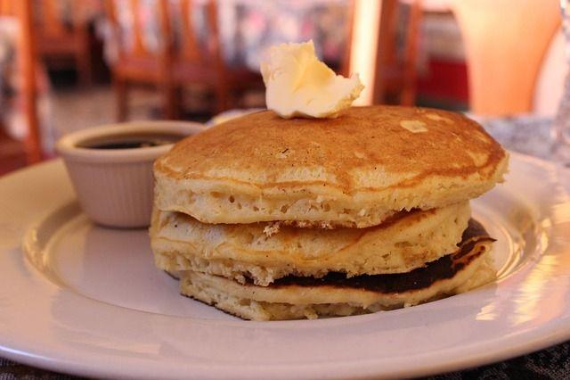 La ricetta dei pancakes è facile e veloce. Farina, latte, uova e lievito sono gli ingredienti principali per gustare queste frittelle dolci tipiche della colazione americana che si accompagnano con lo sciroppo d'acero.