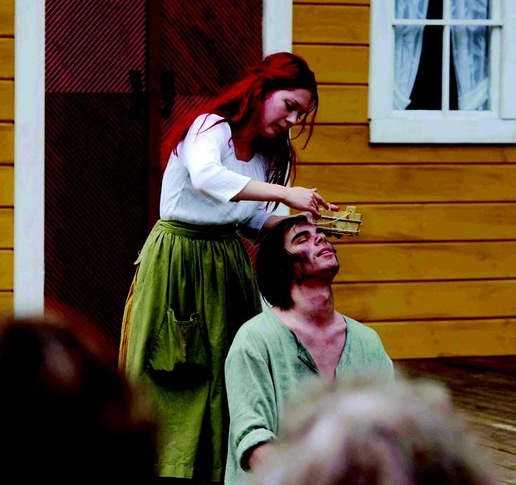 Mari hoitaa Villen palovammoja hunajalla. 1700 -luku/-08 #RuukinAvain