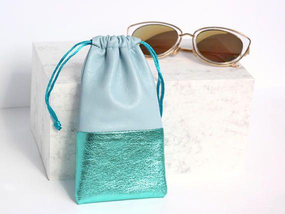Une pochette magnifique paire de lunettes bleues à la main  Ce manchon lunettes de soleil a été fait de cuir souple beurre magnifique. La taille parfaite pour contenir vos lunettes de soleil ou lunettes de lecture ou les deux! Il se ferme avec un cordon de serrage et peut être attaché pour plus de sécurité. L'intérieur est daim souple qui permet de garder votre zéro sunnies gratuit.  Ajouter un monogramme personnalisé pour une touche très personnelle.  Dimensions (environ): x W18cm H9.5cm…
