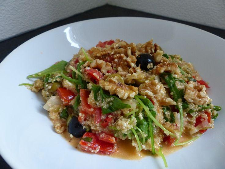 Recept: Quinoa met feta, olijven, tomaat en rucola