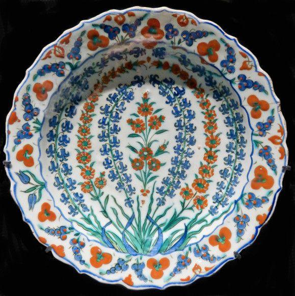 Plat à décor floral vers 1565-1570