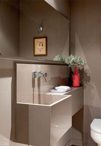 """O tom único traz harmonia - Na reforma do apartamento, os arquitetos Antonio Ferreira Junior e Mario Celso Bernardes criaram este lavabo, de 2 x 1,20 m, roubando um pedacinho do corredor entre a área de estar e as suítes. """"As paredes foram pintadas com a mesma cor marcante do hall de entrada (Suvinil, ref. Ponte Pênsil*). Assim, o ambiente fca integrado à área social"""", explica Junior. A bancada, feita sob medida, é de Silestone. Torneira da Deca."""