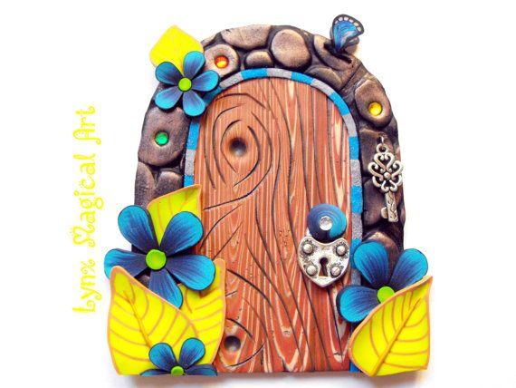 Puerta de hadas, puerta magica de fantasía. Fairy door, magic door of fantasy. Handmade in polymer clay. Hecho a mano en arcilla polimérica. Etsy en https://www.etsy.com/es/listing/478930978/puerta-de-hadas-con-flores-azules-y