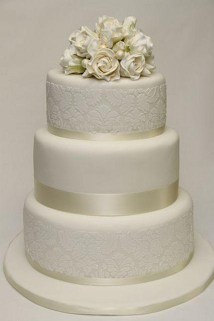 v 3-stöckige Hochzeitstorte weiße Rosen Damaskmuster