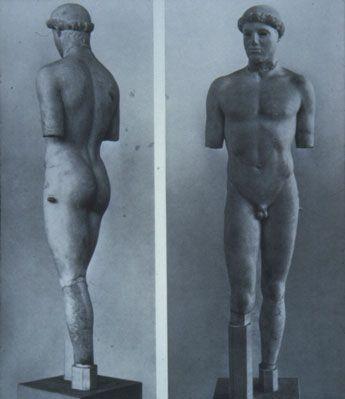 Kritios: poco prima del 480 a.C., (Stile Severo). Marmo bianco cicladico scolpito a tutto tondo, ritrovato nella colmata persiana nella acropoli di Atene e ora conservato nel Museo dell'Acropoli ad Atene.