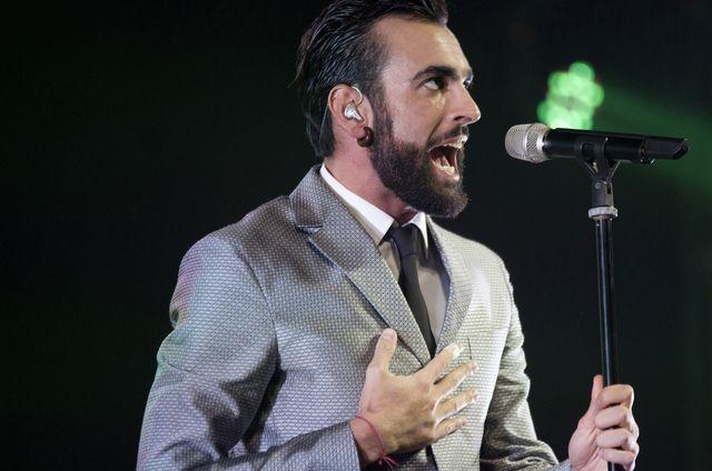 Il cantante vincitore di X-Factor terza edizione si presta ad una sorpresa zuccherosa nel programma di Maria De Filippi: lacrime, anelli e proposte di matrimonio in diretta