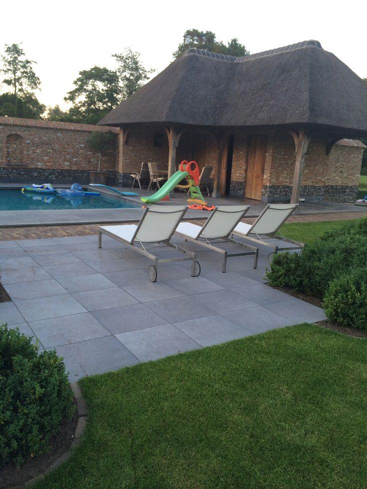Stoere betonlook tegel rondom het zwembad en terras. Bij keramische-buitentegels.nl hebben wij verschillende betonlook tegels in verschillende formaten.