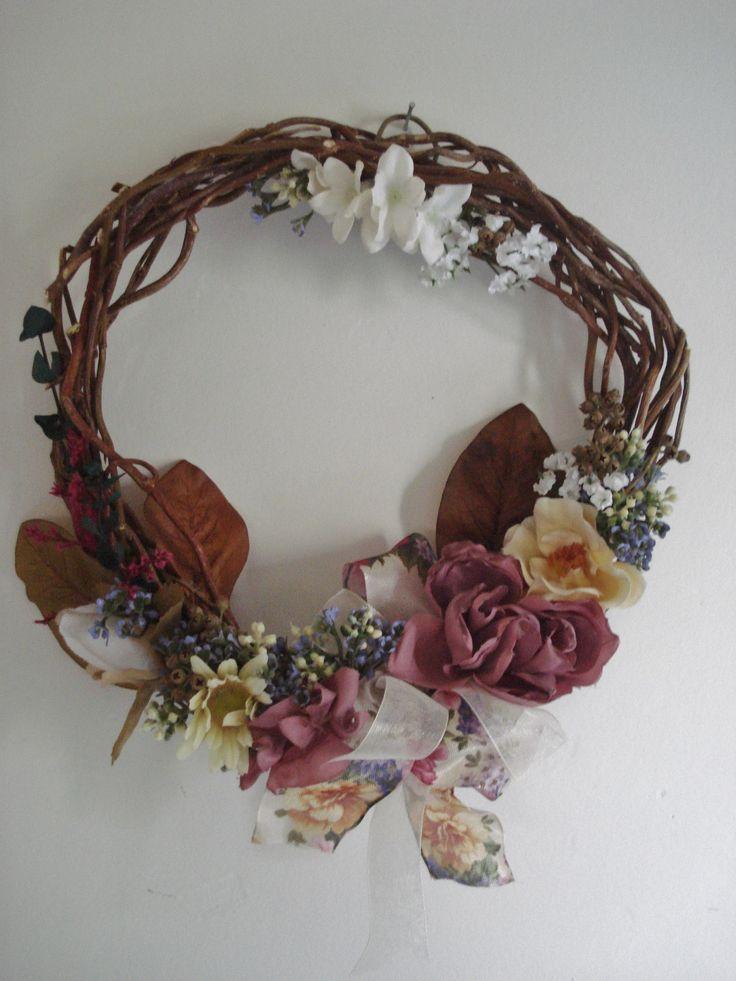 Corona irregular con flores de tela.