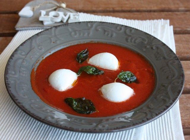Zuppa fredda di pomodoro con mozzarelline di bufala e basilico fritto