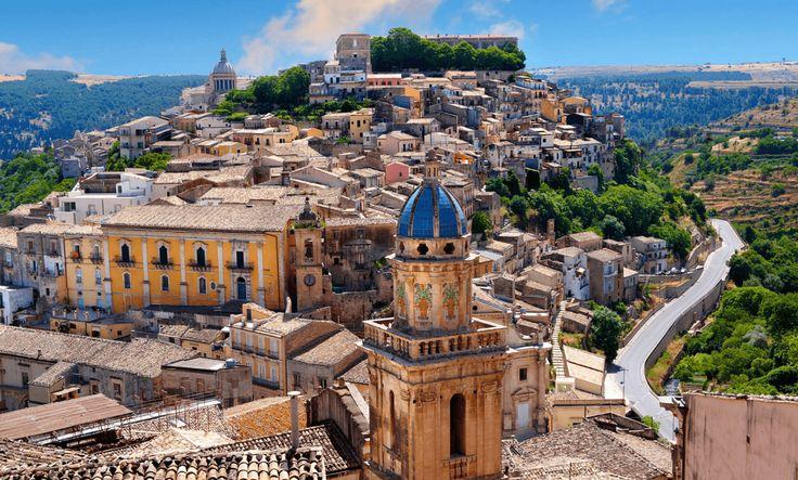 Risalendo la punta meridionale della Sicilia, in direzione ovest, lo sguardo si perde nel paesaggio incantevole di muretti a secco,..