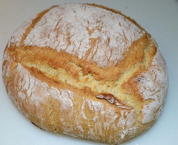 Hoy vengo con mucha ilusión y una novedad: he hecho pan en casa por primera vez!!    Nunca pensé que lo haría, pero después de ver tantas r...