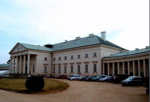 ZÁMEK KAČINA Jako své letní sídlo si jej nechal v letech 1806 – 1822 vybudovat Jan Rudolf Chotek purkrabí Českého království. Stavitelem byl J.Fischer z Drážďan. Za druhé světové války obsadila Kačinu, v květnu 1945 se tu usadila nakrátko Rudá armáda.