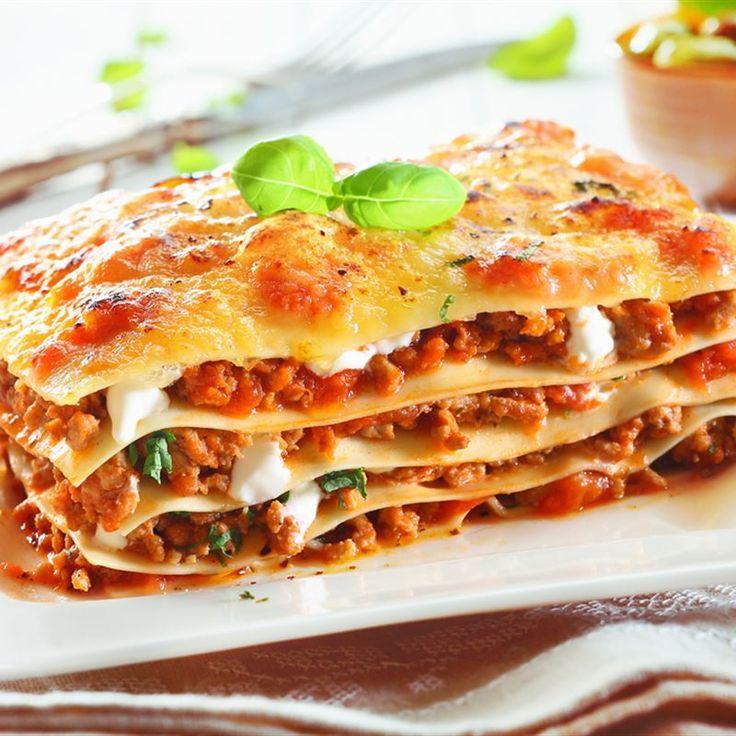 Lazania z mięsem mielonym i warzywami to idealny przepis na obiad, kiedy szukasz inspiracji w kuchni włoskiej :) Sprawdź też lasagne z bakłażanem!