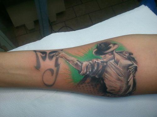 """gegi66  #casttattoo  In redazione stanno arrivando tantissime foto di tatuaggi con storie bellissime.  Grazie a tutti e continuate così!  Ecco il tatuaggio di """"gegi66"""".  """" Ho sempre amato Michael Jackson ma non avevo approfondito il suo personaggio. Quando finalmente l'ho fatto mi sono sentita vicinissima a lui e ho riscontrato molte similitudini con la mia vita. Così l'ho voluto sulla mia pelle. Per ricordarmi del suo coraggio """"  http://tattoo.codcast.it/"""