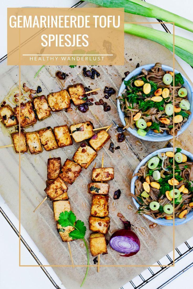 Gemarineerde tofu spiesjes met noodles - Het volledige recept vind je op www.HealthyWanderlust.nl   Inspiratie platform voor een gezonde en gelukkige levensstijl voor vrouw, moeder en kind
