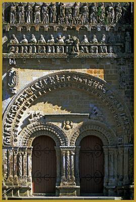 Voussures et colonnettes romanes du double portail de l'église Notre-Dame de Vouvant, construit au XIe siècle, il et est surmonté d'un fronton gothique sculpté du XVe siècle.