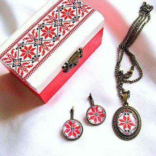 Cercei, pandantiv, cutie accesorii si bijuterii femei cu motive populare