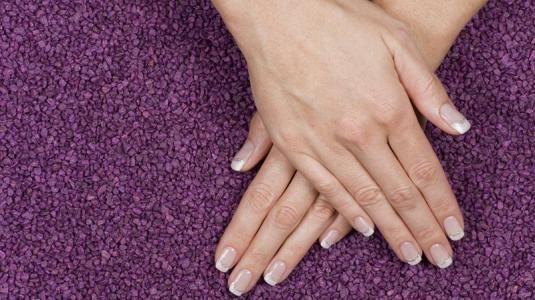 Brüchige Fingernägel können ganz unterschiedliche Ursachen haben. Das reicht von Vitaminmangel über verschiedene Erkrankungen bis hin zum Kontakt mit Lösungsmitteln oder Laugen. Manchmal treten spröde, splitternde Nägel auch ohne erkennbaren Grund auf.