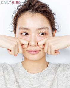 MOREでもおなじみの人気ヘア&メイク、小田切ヒロさん。美容に関する造詣は誰よりも深く、その知識をフルに生かした独自の方法で、驚きの小顔をゲット! 今回は、そのテクニックから今すぐできるセルフコルギをご紹介。骨盤と同じように、顔の骨格も年齢…   DAILY MORE