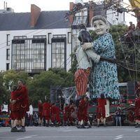 Dans les rues de Nantes, Royal de Luxe promène une très grande mère-grand
