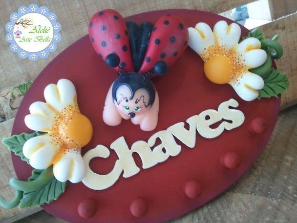 Lindo Porta Chaves em Biscuit  Decorado com uma joaninha e flores.  Decora sua sala ou cozinha com charme enquanto guarda suas chaves para que não se percam. R$ 40,00